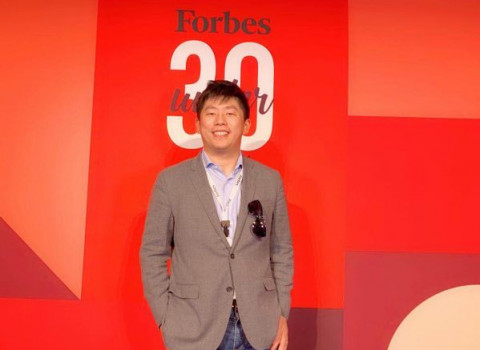 Zhu Chao with Forbe's 30 under 30 award backdrop