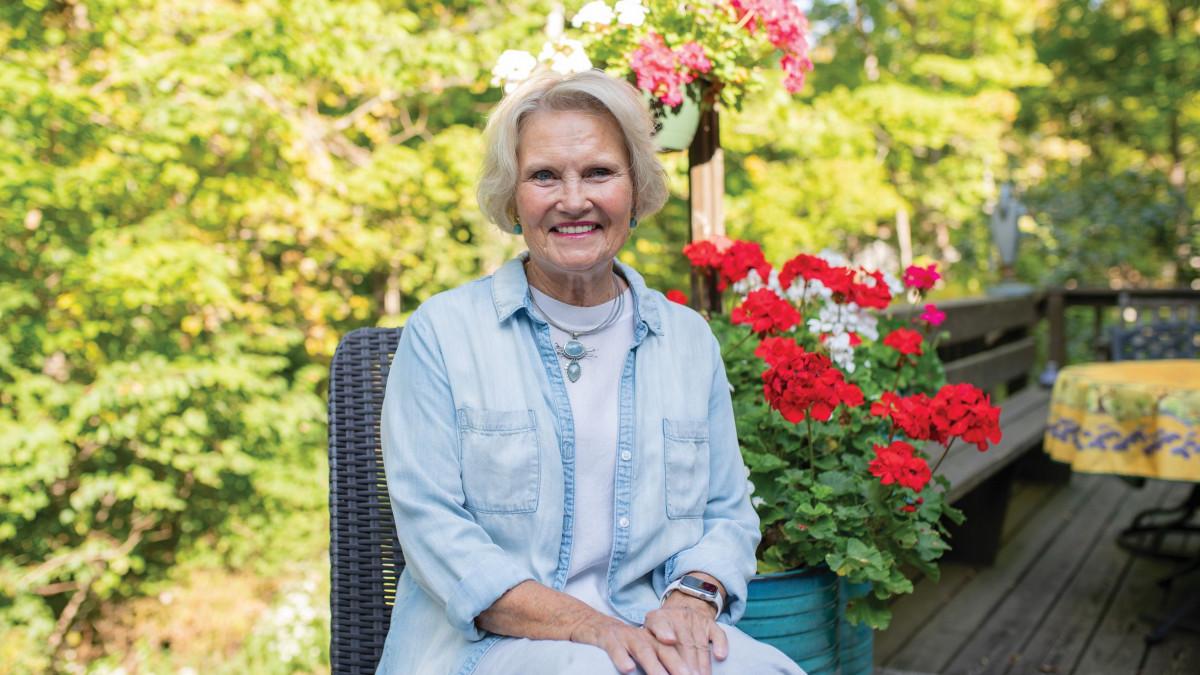 Sue Anne Starnes Gilroy '70 sits in her garden